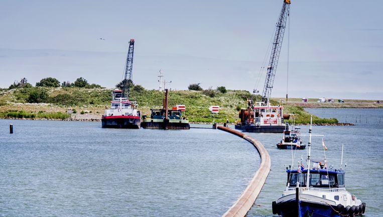 De anti-zoutpijp in het IJsselmeer wordt aangelegd. Beeld Raymond Rutting / de Volkskrant