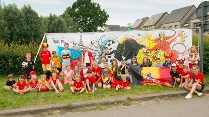 Leerlingen maken reuzegroot spandoek voor Rode Duivels