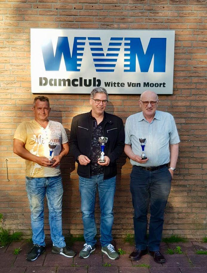 Bertwin Letteboer, Mark Paters en Bennie Hessing (vlnr) pronken met de bekers, gewonnen bij het NK in Utrecht