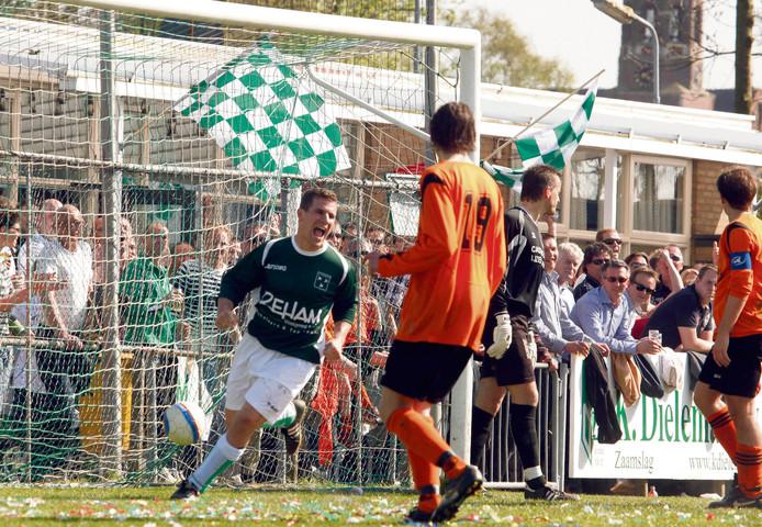 Peter Dieleman (groene shirt) scorend in de derby tegen Terneuzense Boys.