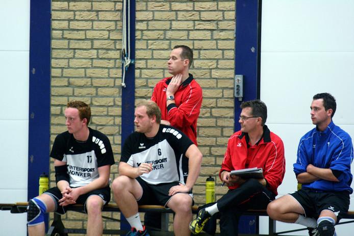 Achilles trainer Sander Barents volgt aandachtig de verrichtingen van zijn team