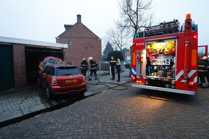 Brandweer blust een garagebox aan de Laagstraat in Eindhoven