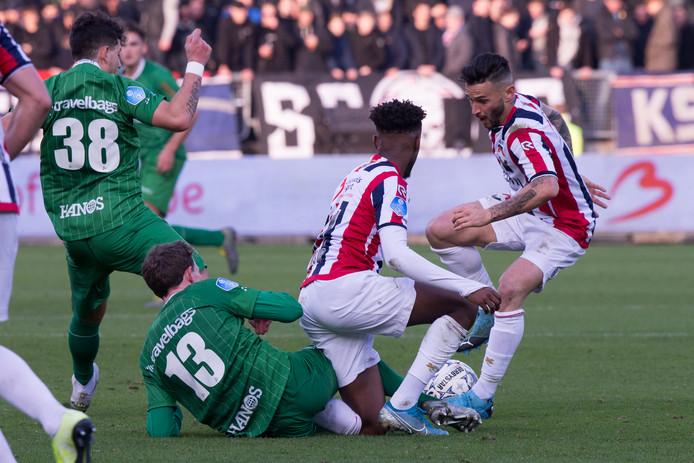 Mike Tresor Ndayishimiye en Pol Llonch knokken namens Willem II in de wedstrijd tegen PEC Zwolle.