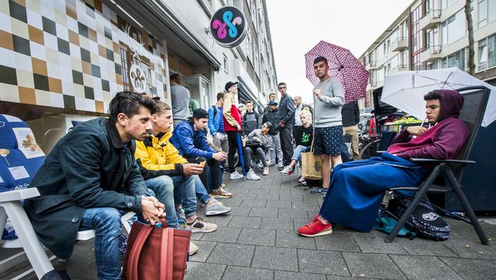 Schoenenfreaks bivakkeren voor de deur van sneakerkoning Woei om de unieke sportschoen te kunnen kopen.