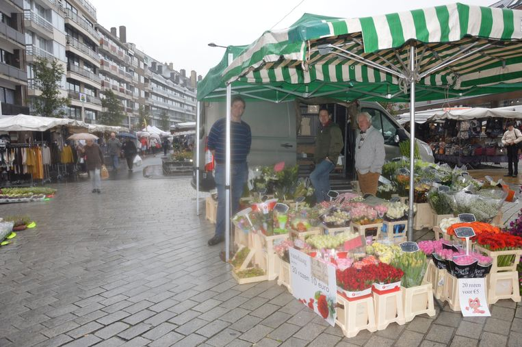 De marktkramers boden de bezoekers kortingen en meer aan.