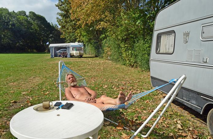 Aan het einde van het seizoen zijn niet veel plaatsen meer bezet. In de hoek heeft naturistencampingeigenaar Willem Smallegange nog zijn eigen caravan en hangmat staan.