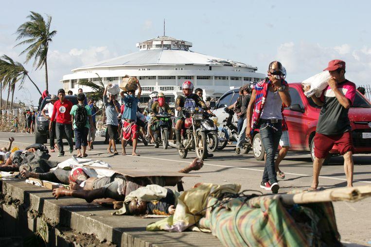 Lijken aan de kant van de weg in Tacloban. Beeld getty