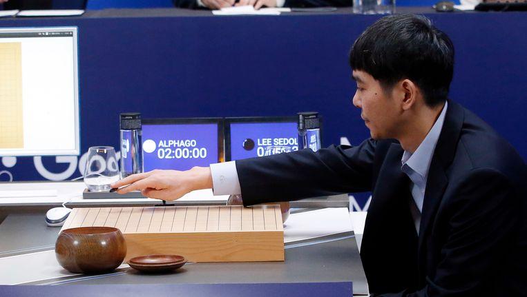 De Zuid-Koreaan Lee Se-dol, goed voor achttien Go-titels, moest de duimen leggen tegen Google-supercomputer AlphaGo.