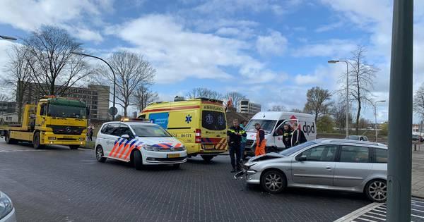 Automobiliste naar ziekenhuis na botsing met pakketbezorger in Deventer.