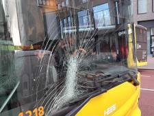Fietser knalt tegen voorruit bus in binnenstad van Utrecht en raakt gewond aan hoofd