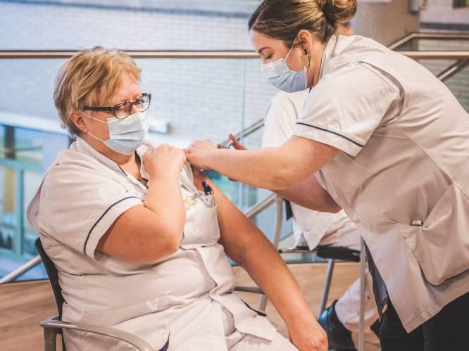 """24 personeelsleden van UZ Gent vandaag gevaccineerd: """"We kregen uiteindelijk de toestemming, maar hadden het ook zonder gedaan"""""""