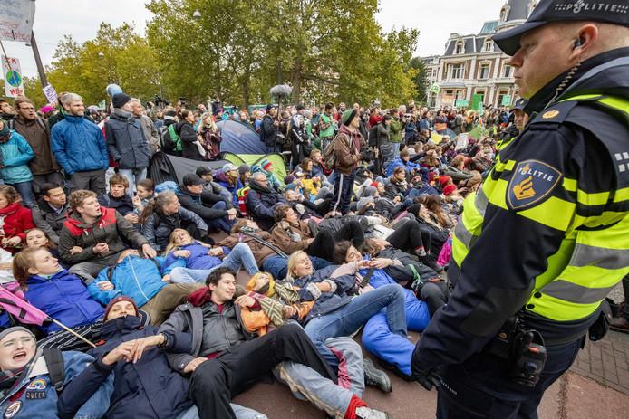 Activisten van Extinction Rebellion op de Stadhouderskade.