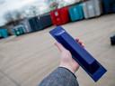 Zo ziet de ConTracker eruit. Het apparaat wordt met speciale lijm 'die je niet kunt verwijderen' vastgezet op containers en blijft ook onder extreme omstandigheden zijn werk doen, belooft Jeroen van Bussel, een van de ontwerpers.