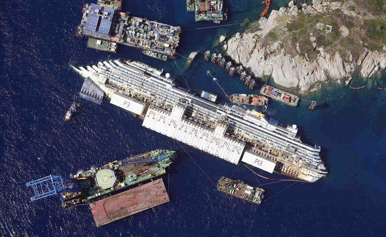 De Costa Concordia op zijn zijkant in augustus 2013. Beeld reuters
