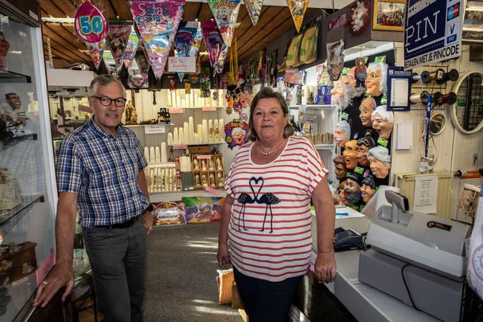 Albert en Mia in hun winkel. Na zaterdag krijgen ze meer tijd voor de kinderen en kleinkinderen.