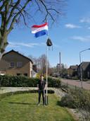 Liam met zijn tas aan de vlaggenmast.
