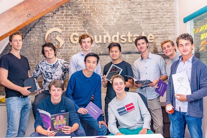 De Turff, volgens de makers dé oplossing voor de administratie in studentenhuizen. Zwollenaar Willem Li (staand de 4e van links) is één van de twee programmeurs.