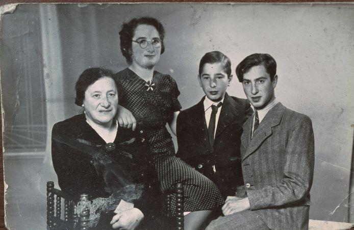 Het gezin van Salomon Spanjer (inzet), vlnr. Josephina, Hendrina, Israël en Ruben.