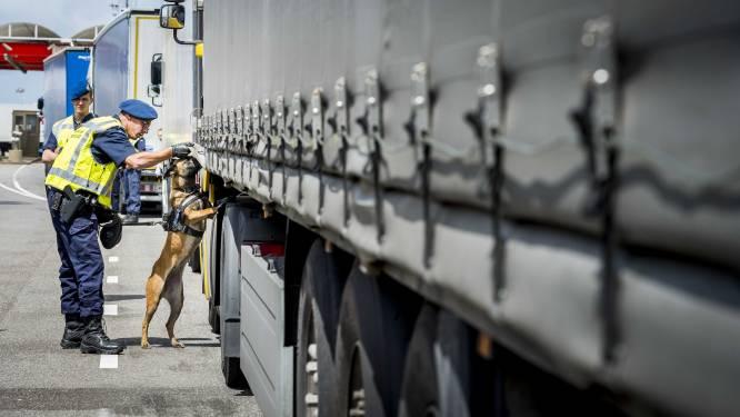 13 migranten klimmen net over grens met Nederland uit vrachtwagen