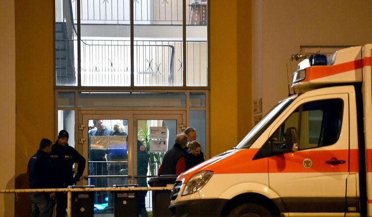 Een politiebusje voor het islamitisch cultureel centrum. Beeld null
