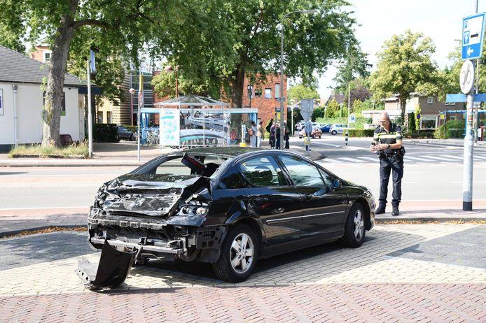 Een trein botste in Nunspeet op deze auto. De achterkant raakte zwaar beschadigd.