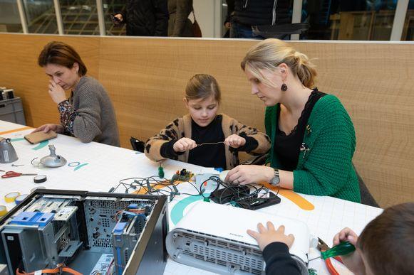 Dag van de Wetenschap in de T2-campus Genk. Demonteer en bouw je eigen elektrisch apparaat.