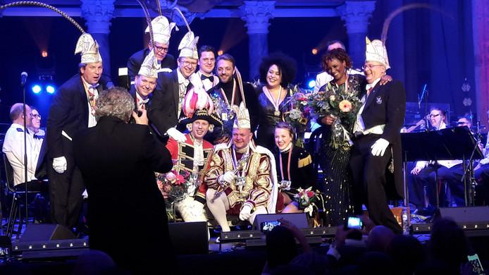 Kijken naar de fotograaf na afloop van het galaconcert van On-Ganse in de Eusebiuskerk. De prins en zijn gevolg hebben dolle pret met Tania Kross, Tommie Christiaan, Edsilia Rombley en de mannen van de Marinierskapel der Koninklijke Marine.