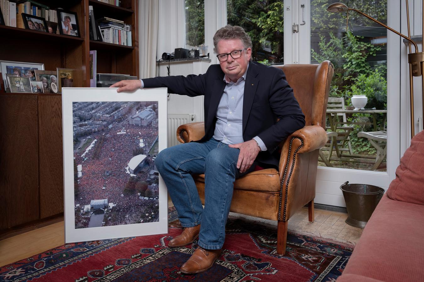 Lodewijk de Waal, thuis in Haarlem laat hij trots een foto zien uit 2004 van het museumplein vol demonstranten.