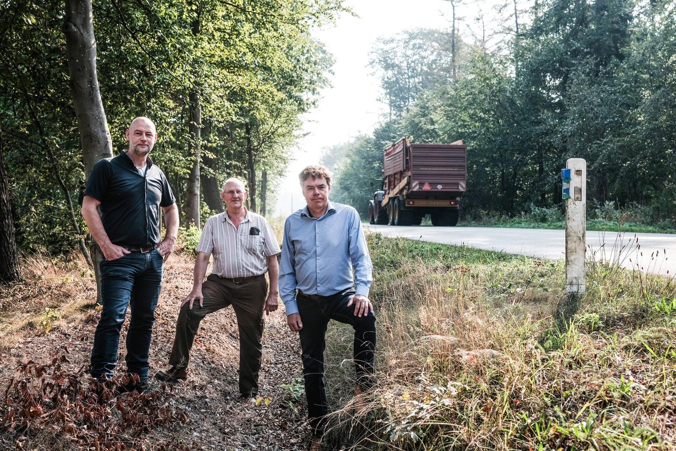 Jurgen Hijink, Willy Kruiselbrink en Gosse Visser (vlnr) op de Corleseweg waar door de blauwe wildspiegels veel aanrijdingen met reeën zijn voorkomen.