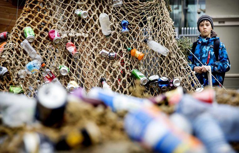 Milieuorganisatie voerden twee jaar geleden actie bij de Tweede Kamer voor statiegeld op kleine flesjes én blikjes. Beeld ANP