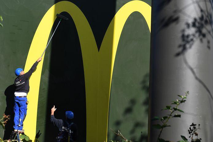 De grote gele 'M' hangt inmiddels aan een 30 meter hoge paal langs de nieuwe vestiging van McDonald's in Boxmeer, nabij de A77.