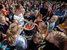 Bernadetteschool in Naaldwijk krijgt bijzonder bezoek: dertig Chinese kinderen komen om Engels te praten