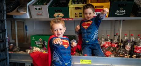 Superhelden Fynn en Mats werken bij de AH in Driel aan een wonder voor dove kinderen