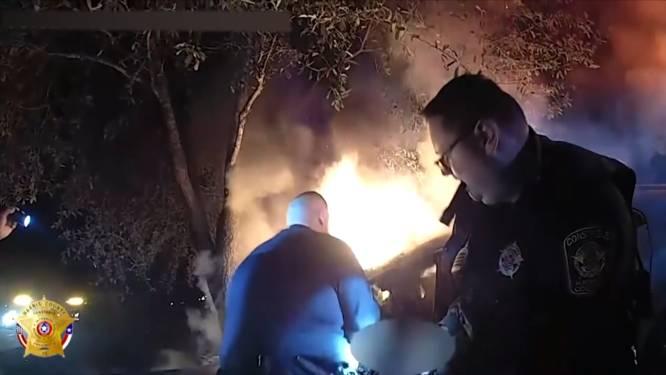 """""""We moeten misschien je been breken"""": het dramatische moment waarop politie man uit brandende auto redt"""