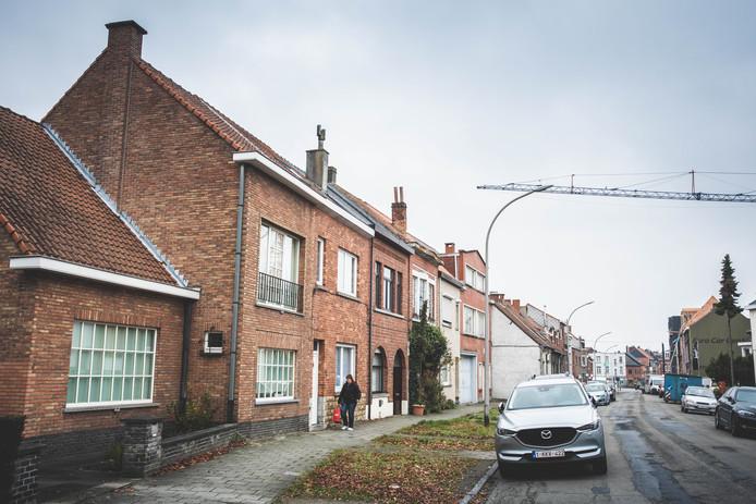 De trottoirs in de Peter Benoitlaan werden aangelegd zonder de gronden aan te kopen. Een historische vergissing.