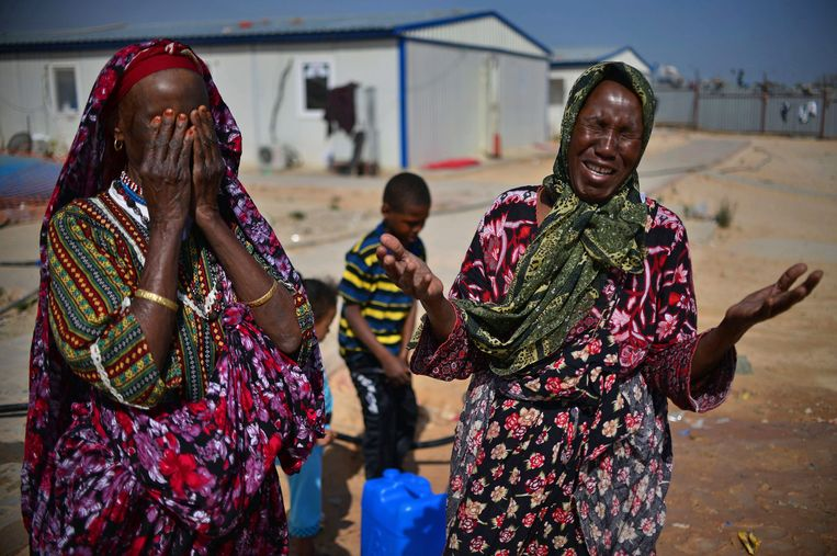 Vrouwen huilen in een vluchtelingenkamp vlak buiten Tripoli. Archieffoto.