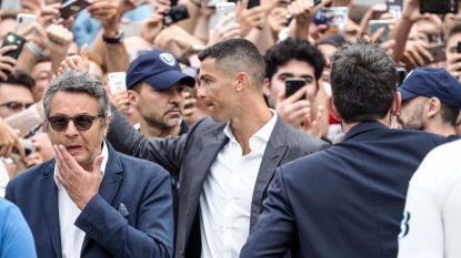 Honderden Juve-fans juichen Cristiano Ronaldo toe voor medische keuring