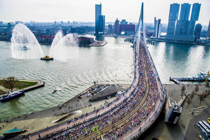 De Erasmusbrug was dit jaar voor het eerst de startlocatie van de NN Marathon Rotterdam.