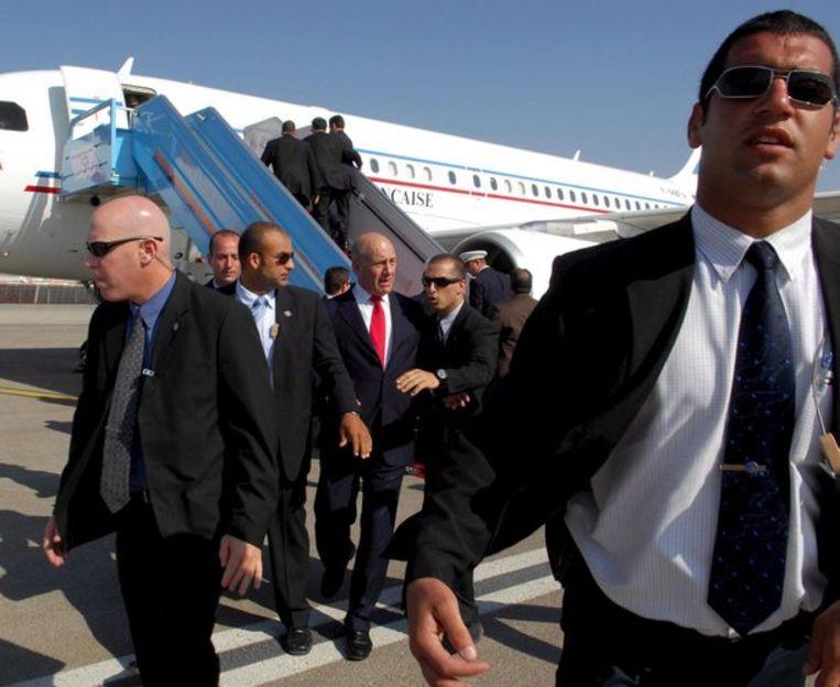 Beveiligingsmensen in rep en roer na het geweerschot. In het midden premier Olmert van Israël. Foto EPA/Avi Ohayon Beeld