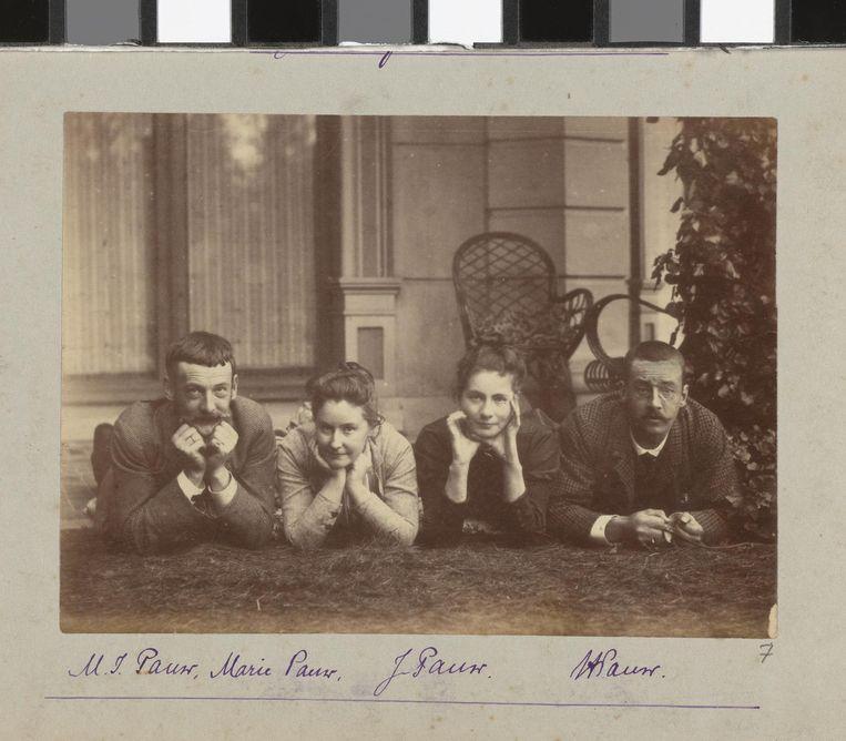 Henry Pauw van Wieldrecht. Opname van Henry met zijn broer, schoonzus en zus met de zelfontspanner, 1888. Beeld null