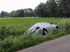 Automobilist rijdt sloot in bij Enschede en raakt gewond