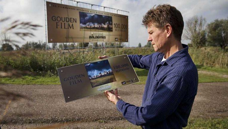 Regisseur Mark Verkerk van de Nederlandse natuurfilm De Nieuwe Wildernis met de Gouden Film Award dat de film begin deze maand kreeg. De film had in een week tijd 100.000 bezoekers getrokken, na een maand is dit al 400.000 Beeld anp