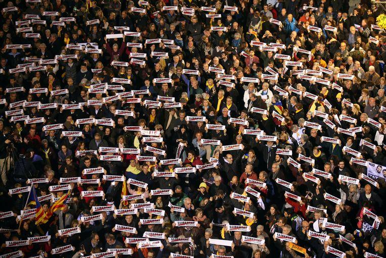 Bij een protest in februari vragen demonstranten om de vrijlating van de Catalaanse activisten en leiders. Beeld REUTERS