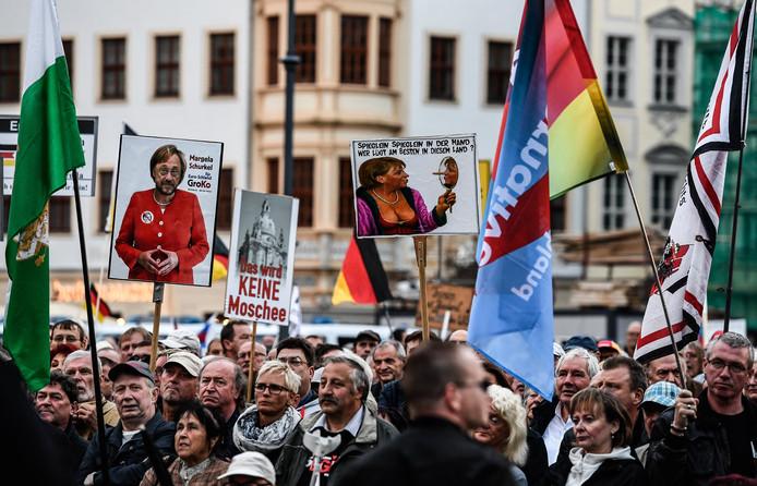 Aanhangers van Alternative für Deutschland uiten hun onvrede over bondskanselier Angela Merkel tijdens een demonstratie in Dresden.