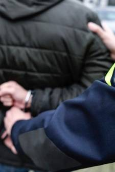 Agent geschopt en gebeten nadat hij mannen vraagt afstand van elkaar te houden