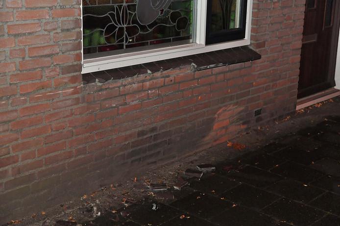 Toen de automobilist wegvluchtte werd duidelijk hoe groot de schade aan het huis is.