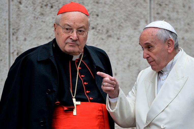 Paus Franciscus (rechts) met kardinaal Angelo Sodano, februari 2015.  Beeld AFP