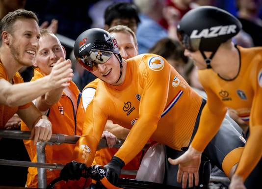Jeffrey Hoogland en Harrie Lavreysen vieren het winnen van de Team Sprint op de eerste dag van de wereldkampioenschappen baanwielrennen.