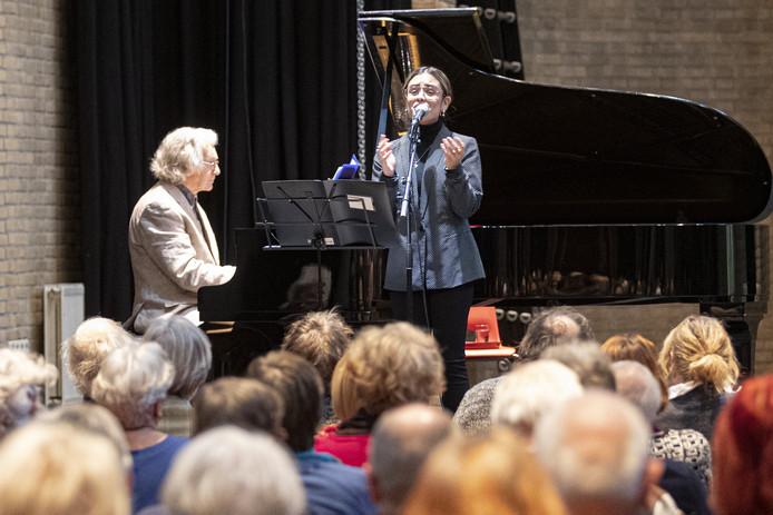 Jazz-zangeres Sem Tanate uit Almelo wordt tijdens de opening van de expositie Indigo in de kapel van Hof 88 begeleid door pianist Johan Bijkerk.