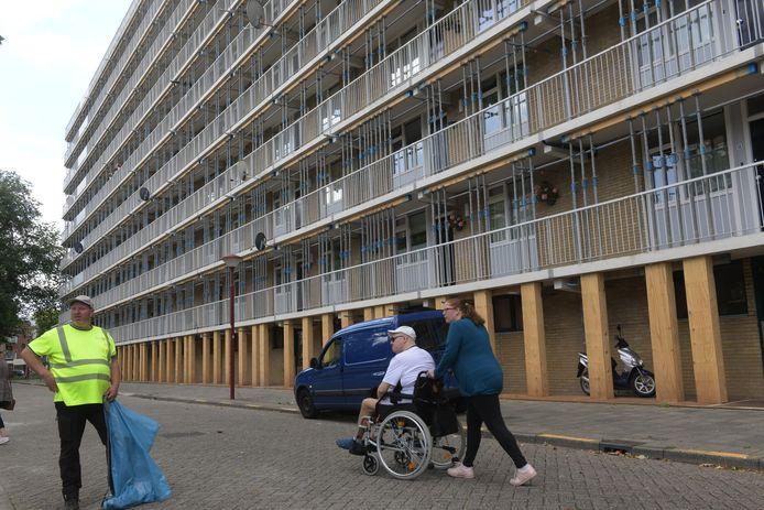 De galerijen van de flats aan het Nijpelsplantsoen zijn met stempels gestut wegens betonrot.
